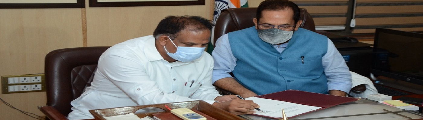 Shri John Barla taking charge as the Minister of State for Minority Affairs in the presence of the Union Minister for Minority Affairs, Shri Mukhtar Abbas Naqvi, in New Delhi on July 08, 2021.